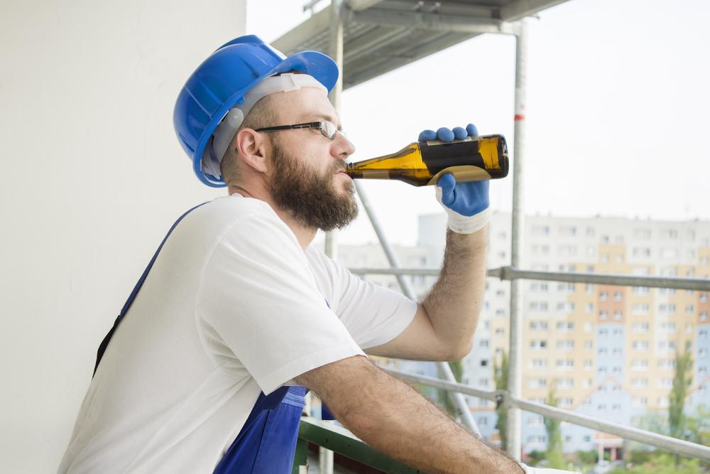 Uso di alcol al lavoro, cosa rischiano i dipendenti?